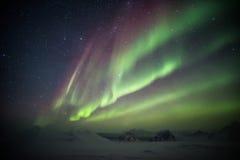 Kolorowi Północni światła nad lodowiec Arktyczne góry i - Svalbard, Spitsbergen Fotografia Royalty Free