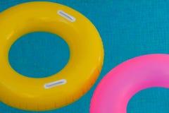 Kolorowi pławiki na basenie z kryształem - jasna woda obrazy royalty free