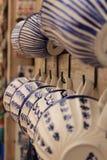 Kolorowi pamiątka kubki dla sprzedaży w Obidos wiosce zdjęcie stock