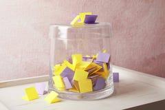Kolorowi papierów kawałki dla loterii i szklanego zbiornika zdjęcia royalty free