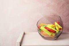 Kolorowi papierów kawałki dla loterii w szklanej wazie obraz royalty free
