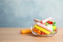 Kolorowi papierów kawałki dla loterii w szklanej wazie na drewnianym stole zdjęcie royalty free