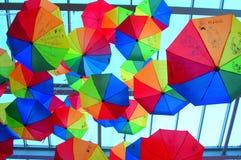 Kolorowi parasole instalacyjni obraz stock