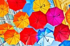 Kolorowi parasole jako uliczna dekoracja Zdjęcia Royalty Free