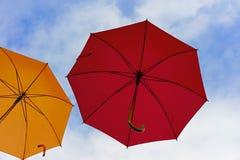 Kolorowi parasole w niebie Uliczne dekoracje od stubarwnych parasoli fotografia stock