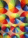 Kolorowi parasole wiesza na suficie zdjęcia royalty free