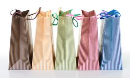 Kolorowi pasiaści torba na zakupy układali z rzędu, przedmiot odizolowywający na bielu Obraz Royalty Free