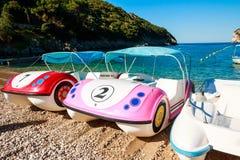 Kolorowi pedalos na pięknej tropikalnej plaży rzędów catamarans na morzu pedałowe catamaran łodzie na dennym coastsummer obrazy stock