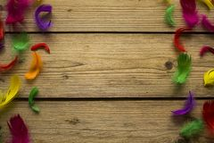 Kolorowi piórka na drewnianym stole zdjęcia stock