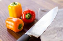 Kolorowi pieprze i szefa kuchni nóż Zdjęcie Royalty Free