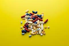 Kolorowi pigułka leki, pastylki i Zdjęcie Royalty Free