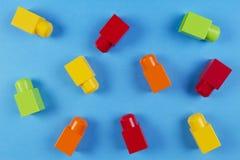 Kolorowi plastikowi budowa bloki na błękitnym tle Obraz Stock