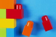 Kolorowi plastikowi budowa bloki na błękitnym tle Fotografia Royalty Free
