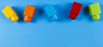 Kolorowi plastikowi budowa bloki na błękitnym tle Obrazy Royalty Free