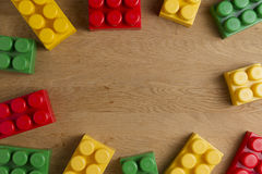 Kolorowi plastikowi budowa bloki na drewnianym tle jak zabawki obramiają internu z kopii przestrzenią dla teksta Mieszkanie nieat Obrazy Stock