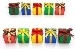 Kolorowi prezenty kłaść w dwoistej linii. Zdjęcia Royalty Free