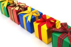 Kolorowi prezenty kłaść w linii. Fotografia Royalty Free