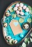 Kolorowi przepiórek jajka, suszący kwiaty i liście dla Wielkanocnego wakacje, Zdjęcia Royalty Free