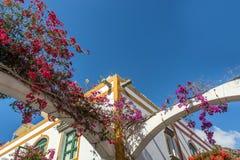 Kolorowi przerastaj?cy domy w Puerto De Mogan z kopii przestrzeni? fotografia royalty free
