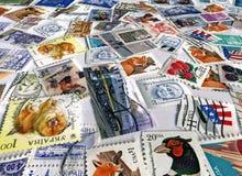 kolorowi różni papieru stosu poczta znaczki Fotografia Stock