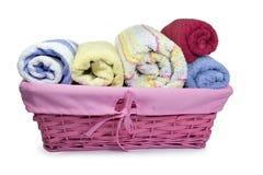 Kolorowi ręczniki w łozinowym koszu Zdjęcia Royalty Free