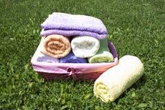 Kolorowi ręczniki w łozinowym koszu Fotografia Royalty Free