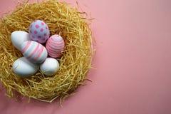 Kolorowi rocznika Easter jajka w gniazdeczku na różowym tle Obrazy Royalty Free