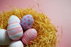 Kolorowi rocznika Easter jajka w gniazdeczku na różowym tle Fotografia Royalty Free