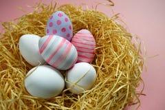 Kolorowi rocznika Easter jajka w gniazdeczku na różowym tle Obraz Stock