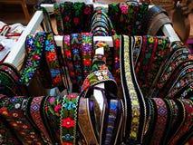 Kolorowi romanian podpasania handmade w Maramures terenie obrazy royalty free
