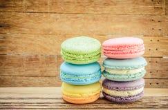 Kolorowi słodcy Francuscy macaroons na drewnianym tle Obrazy Stock