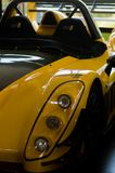 Kolorowi samochody wyścigowi przy muzealną wystawą zdjęcie stock