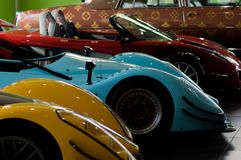 Kolorowi samochody wyścigowi przy muzealną wystawą obrazy royalty free