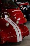 Kolorowi samochody wyścigowi przy muzealną wystawą obraz stock