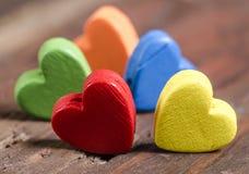 Kolorowi serca na drewnianym tle. obraz royalty free