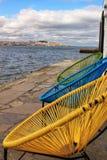 Kolorowi siedzenia na bankach Rzeczny Tagus fotografia royalty free