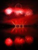 Kolorowi spektakularni fajerwerki z odbiciami Fotografia Stock