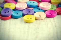 Kolorowi starzy drewniani guziki obraz stock