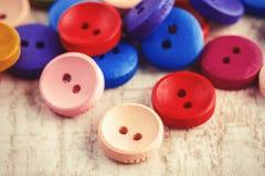 Kolorowi starzy drewniani guziki obrazy stock