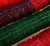 Kolorowi szklani bangles w sklepie zdjęcia royalty free