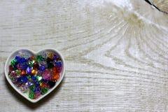 Kolorowi szklanych koralików serca na drewnianym tle Fotografia Royalty Free