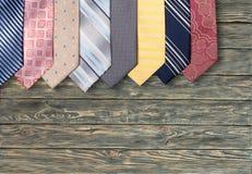 Kolorowi szyja krawaty na drewnianym tle Zdjęcia Stock
