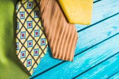 Kolorowi szyja krawaty na drewnianym tle Zdjęcie Royalty Free