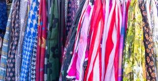 kolorowi tło scarves Ubraniowy obwieszenie na ulicznym kramu w Monastiraki, Ateny, Grecja zdjęcia royalty free
