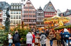 Kolorowi tłumy przy bożymi narodzeniami wprowadzać na rynek w historycznym centrum Frankfurt obrazy royalty free
