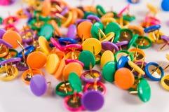Kolorowi thumbtacks Zdjęcia Stock
