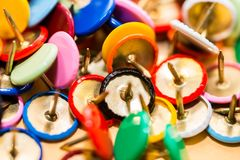 Kolorowi thumbtacks zamykają w górę makro- strzału, płytka głębia pole obrazy stock