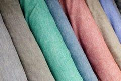 Kolorowi tkanin swatches na shopfront Zdjęcia Royalty Free