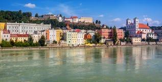 Kolorowi tradycyjni domy na austerii rzece w dziejowym starym grodzkim Passau, Niemcy obraz royalty free