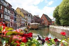 Kolorowi tradycyjni francuzów domy na stronie rzeczny Colmar obrazy royalty free